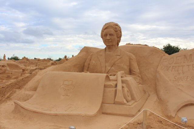 Agatha Christie vira escultura de areia em festival português